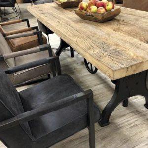 Massive Tischplatten aus Naturholz sowie passende Untergestelle zur freien Kombination