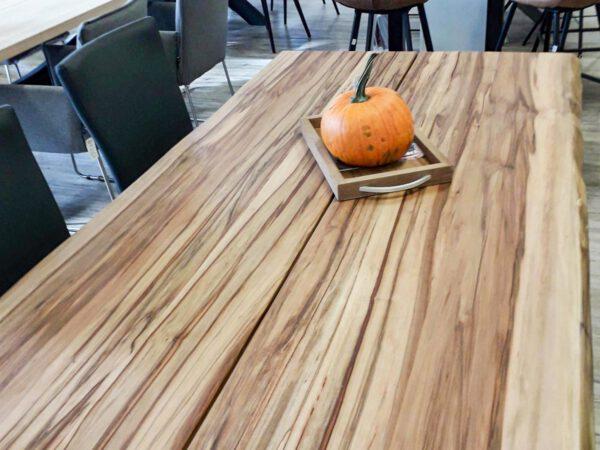 Nussbaumtisch mit Baumkante